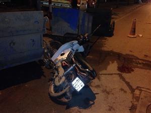 Tông vào xe rác lúc nửa đêm, nam thanh niên bất tỉnh