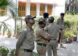 Ấn Độ: Cảnh sát dắt tù nhân đi nhậu suốt 7 giờ ở quán bar